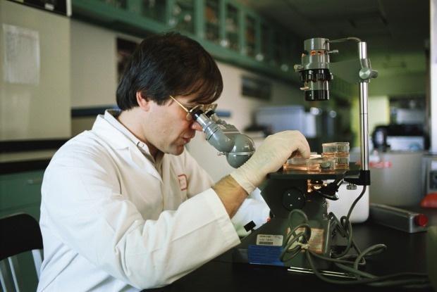 Ученый Сеульского университета за работой
