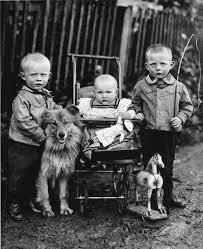 на фото не я, но думаю у каждого кто жил в 70-е есть такая фотография с какой нибудь собакой, которая жила во дворе многоэтажного дома и дружила со всеми детьми этого дома.
